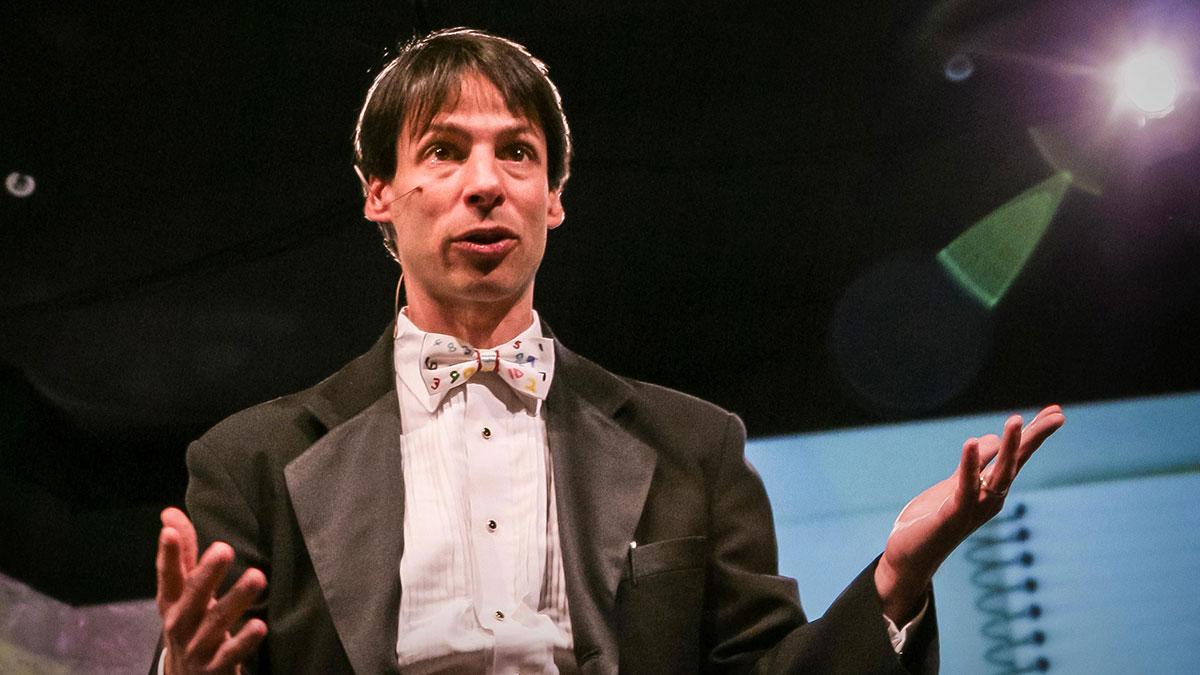 """سخنرانی تد : آرتور بنجامین  """"جادوی ریاضی"""" انجام می دهد."""