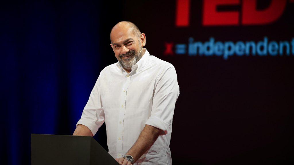 سخنرانی تد : جرئت داشته باشید افسانههای اصل و نسبی را رد کنید که ادعا میکنند شما را تعریف میکنند